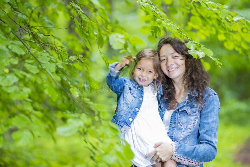 Ευτυχείς οικογενειακές ιδέες Πορτρέτο του νέου θηλυκού με την λίγη κόρη στοκ φωτογραφίες με δικαίωμα ελεύθερης χρήσης