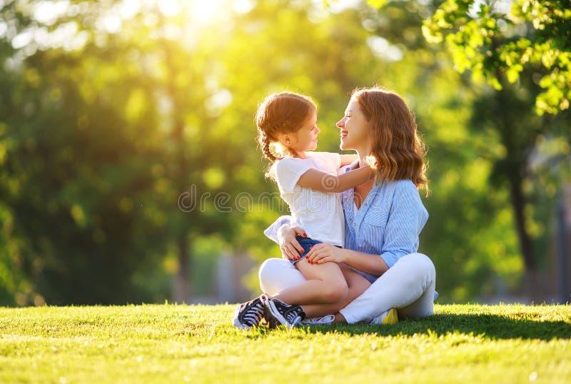 Ευτυχείς οικογενειακή μητέρα και κόρη παιδιών στη φύση το καλοκαίρι στοκ εικόνες