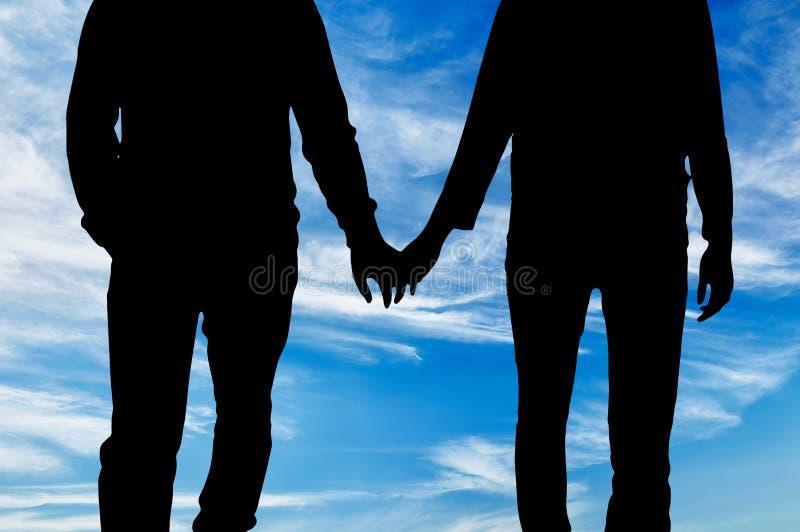 Ευτυχείς ομοφυλόφιλοι σκιαγραφιών που κρατούν τα χέρια στοκ εικόνες με δικαίωμα ελεύθερης χρήσης