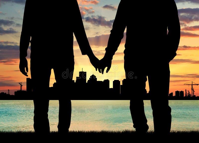 Ευτυχείς ομοφυλόφιλοι σκιαγραφιών που κρατούν τα χέρια στοκ εικόνες
