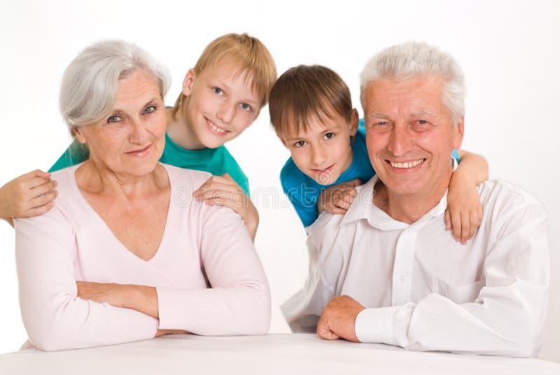 Ευτυχείς παππούδες και γιαγιάδες με τους εγγονούς τους στοκ εικόνες