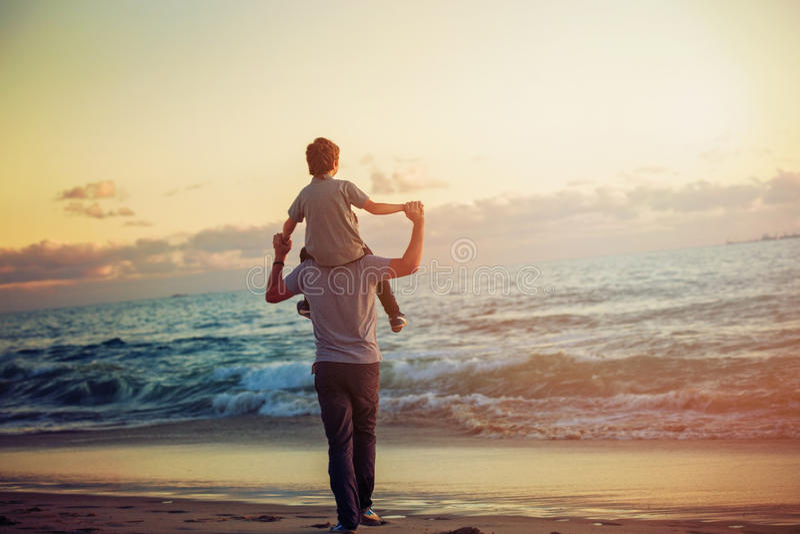 Ευτυχείς πατέρας και γιος που έχουν το μεγάλο χρόνο στοκ εικόνες με δικαίωμα ελεύθερης χρήσης