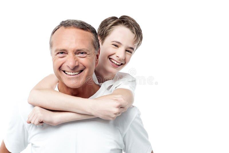 Ευτυχείς πατέρας και γιος που απομονώνονται πέρα από το λευκό στοκ εικόνα