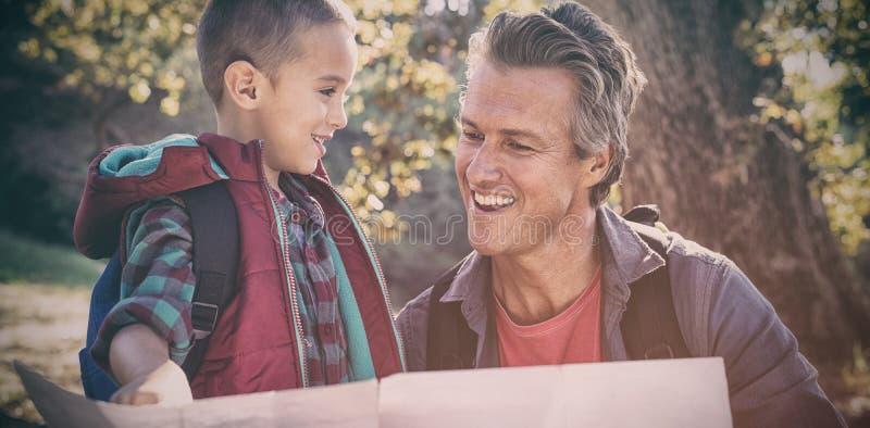 Ευτυχείς πατέρας και γιος που φαίνονται χάρτης στοκ φωτογραφία με δικαίωμα ελεύθερης χρήσης