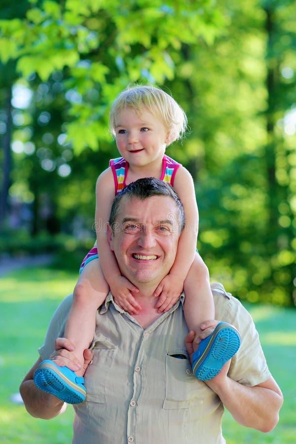 Ευτυχείς πατέρας και κόρη υπαίθρια στο πάρκο στοκ φωτογραφία με δικαίωμα ελεύθερης χρήσης