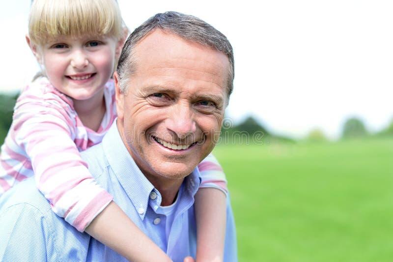 Ευτυχείς πατέρας και κόρη υπαίθρια στοκ φωτογραφίες