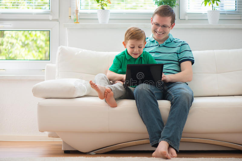 Ευτυχείς πατέρας και παιδί που παίζουν στο σπίτι στοκ εικόνες