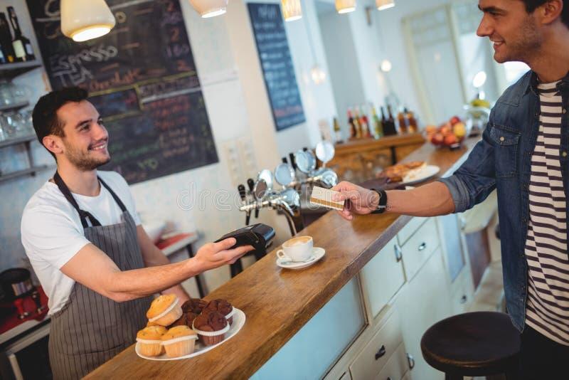 Ευτυχείς πελάτης και σερβιτόρος στη καφετερία στοκ εικόνες