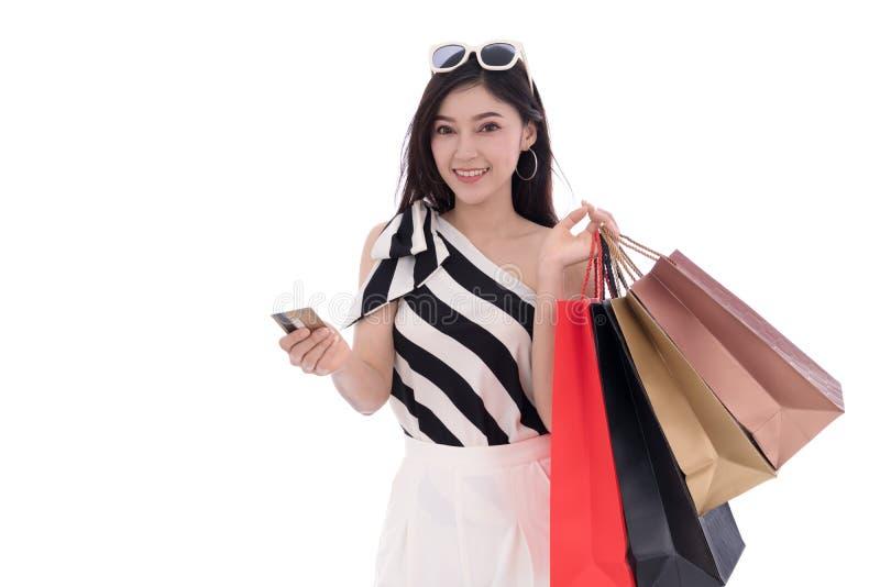 Ευτυχείς πιστωτική κάρτα εκμετάλλευσης γυναικών και τσάντα αγορών που απομονώνεται στο whi στοκ εικόνα