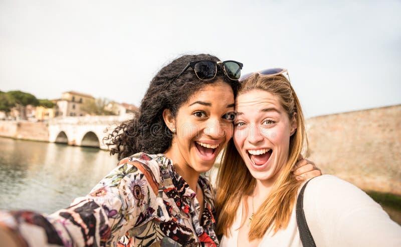 Ευτυχείς πολυφυλετικές φίλες που παίρνουν selfie και που έχουν τη διασκέδαση outdd στοκ φωτογραφία με δικαίωμα ελεύθερης χρήσης