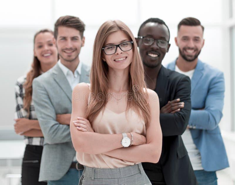 Ευτυχείς πολυ-εθνικοί επιχειρηματίες που χαμογελούν στη κάμερα στοκ φωτογραφία με δικαίωμα ελεύθερης χρήσης