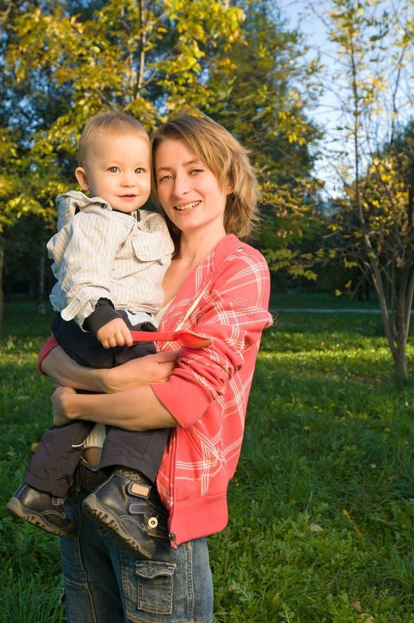 ευτυχείς πρόγονοι μωρών στοκ φωτογραφία με δικαίωμα ελεύθερης χρήσης