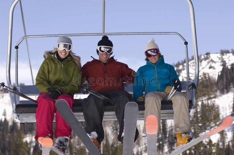 Ευτυχείς σκιέρ Chairlift στοκ φωτογραφίες με δικαίωμα ελεύθερης χρήσης