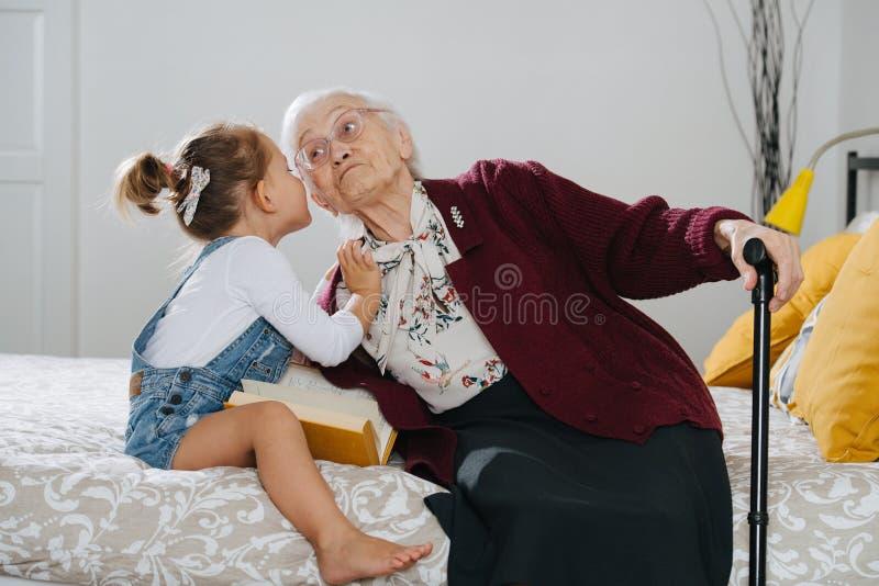 ευτυχείς στιγμές Μικρό κορίτσι με το μεγάλο ποιοτικό χρόνο εξόδων grandma της από κοινού στοκ φωτογραφία με δικαίωμα ελεύθερης χρήσης