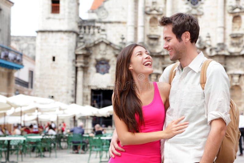 ευτυχείς τουρίστες ζευγών στοκ φωτογραφία με δικαίωμα ελεύθερης χρήσης