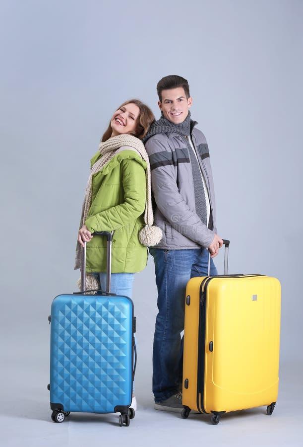 Ευτυχείς τουρίστες με τις βαλίτσες στοκ εικόνες
