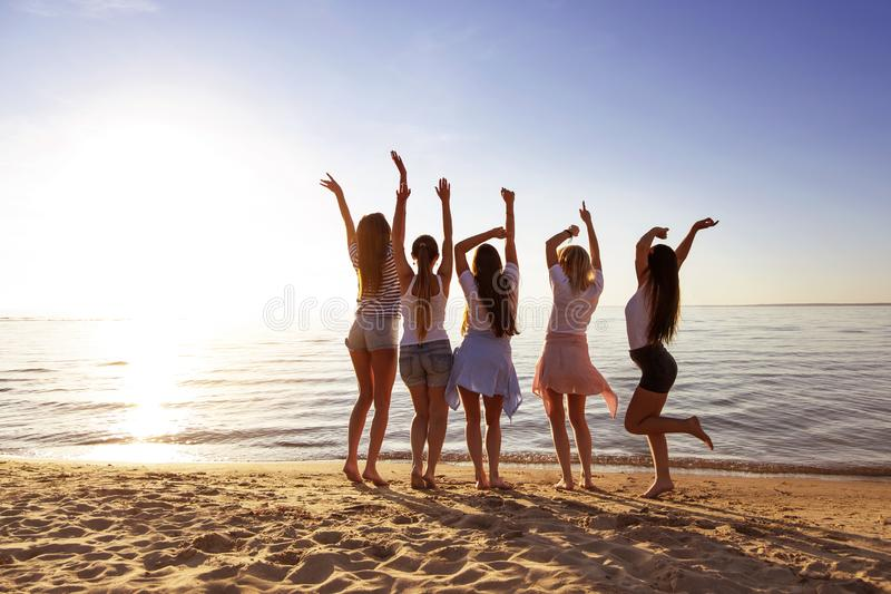 Ευτυχείς φίλες που έχουν τη λίμνη ηλιοβασιλέματος διασκέδασης στοκ φωτογραφία με δικαίωμα ελεύθερης χρήσης