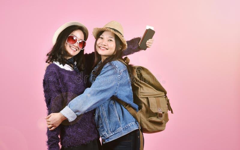 Ευτυχείς φίλες τουριστών που συναντιούνται και που αγκαλιάζουν στον αερολιμένα, νέος ασιατικός ταξιδιώτης που έχει τη διασκέδαση  στοκ φωτογραφία με δικαίωμα ελεύθερης χρήσης