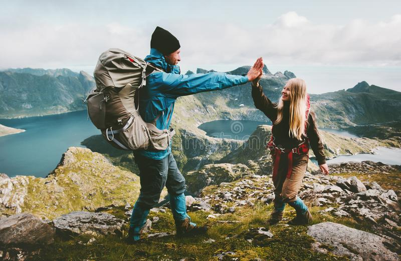 Ευτυχείς φίλοι ζευγών που δίνουν πέντε χέρια στην κορυφή του βουνού στοκ εικόνα με δικαίωμα ελεύθερης χρήσης