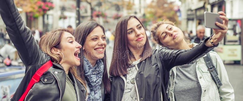 Ευτυχείς φίλοι κοριτσιών που παίρνουν selfie τις φωτογραφίες στην οδό στοκ εικόνες με δικαίωμα ελεύθερης χρήσης