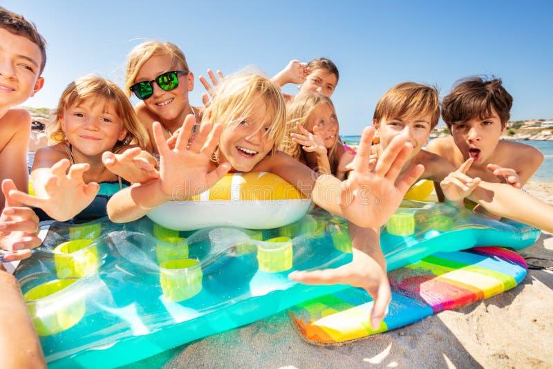 Ευτυχείς φίλοι που απολαμβάνουν το καλοκαίρι στην παραλία στοκ εικόνες με δικαίωμα ελεύθερης χρήσης