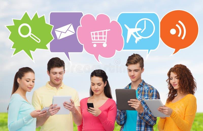 Ευτυχείς φίλοι με τα smartphones και το PC ταμπλετών στοκ εικόνες με δικαίωμα ελεύθερης χρήσης