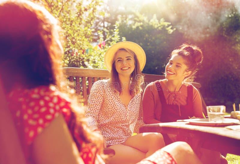 Ευτυχείς φίλοι που έχουν το γεύμα στο θερινό κήπο στοκ φωτογραφία με δικαίωμα ελεύθερης χρήσης