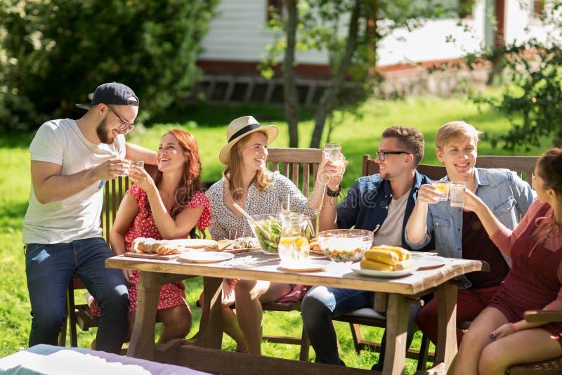 Ευτυχείς φίλοι που έχουν το γεύμα στο κόμμα θερινών κήπων στοκ φωτογραφίες με δικαίωμα ελεύθερης χρήσης