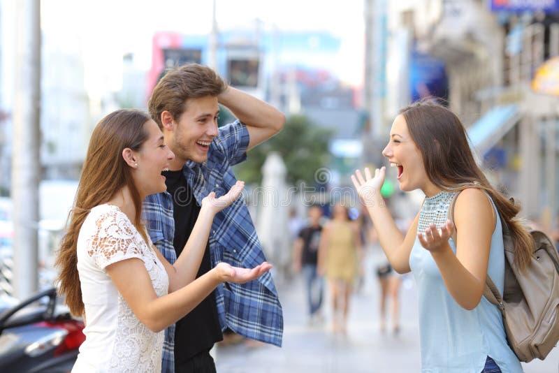 Ευτυχείς φίλοι που συναντιούνται στην οδό στοκ εικόνα