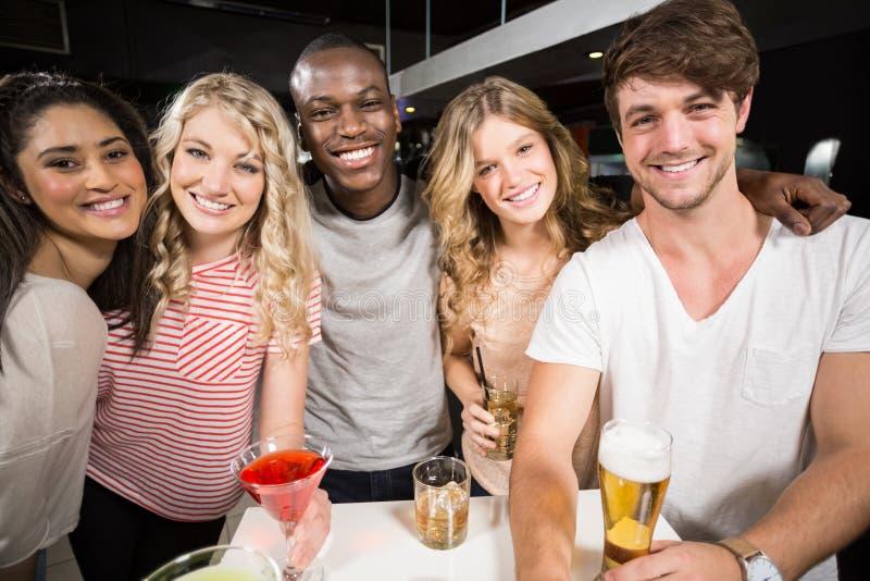 Ευτυχείς φίλοι που ψήνουν με την μπύρα και τα κοκτέιλ στοκ εικόνες με δικαίωμα ελεύθερης χρήσης