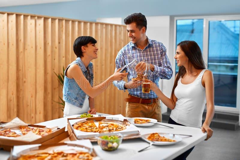 Ευτυχείς φίλοι στις διακοπές εορτασμού κόμματος Φιλία, ελεύθερος χρόνος, στοκ φωτογραφία