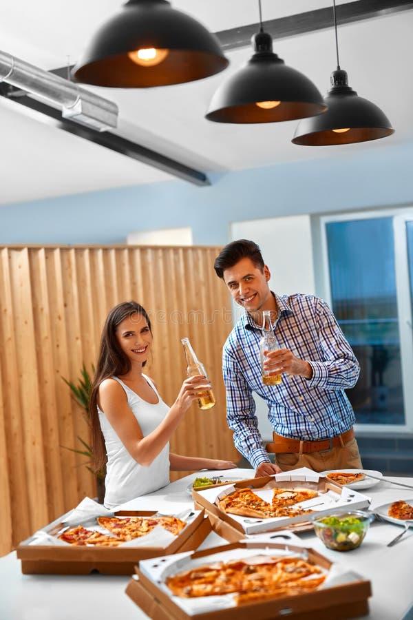 Ευτυχείς φίλοι στις διακοπές εορτασμού κόμματος Φιλία, ελεύθερος χρόνος, στοκ φωτογραφίες