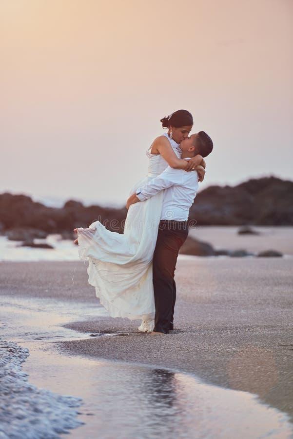 Ευτυχείς φιλώντας νεόνυμφος και νύφη στοκ εικόνες