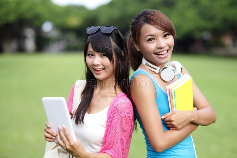 Ευτυχείς φοιτητές πανεπιστημίου κοριτσιών στοκ φωτογραφίες