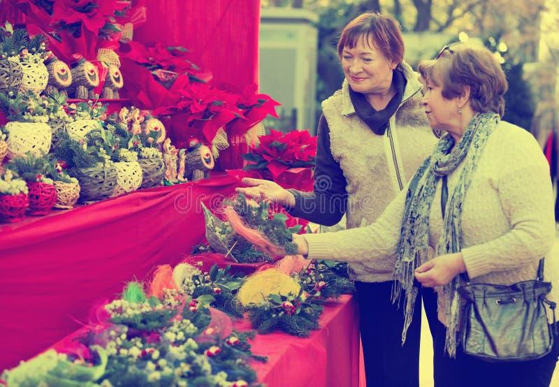 Ευτυχείς χαμογελώντας ηλικιωμένες γυναίκες που επιλέγουν τις floral συνθέσεις στοκ φωτογραφίες με δικαίωμα ελεύθερης χρήσης