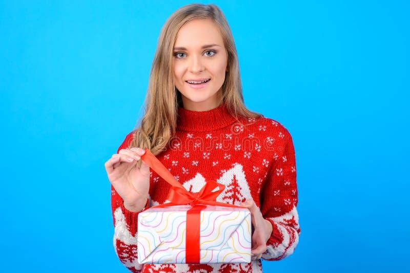 Ευτυχείς χειμερινές διακοπές! Καλό χαριτωμένο συγκινημένο κορίτσι στα κόκκινα Χριστούγεννα στοκ εικόνα με δικαίωμα ελεύθερης χρήσης