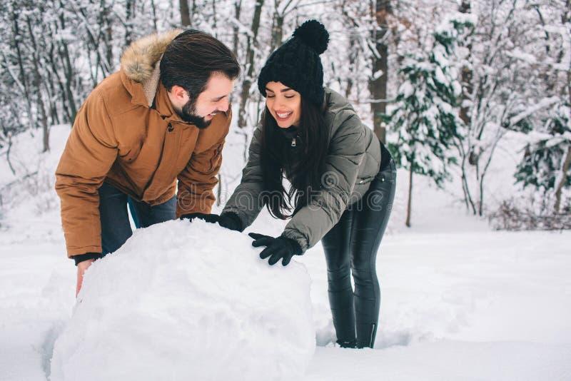 ευτυχείς χειμερινές νε&om οικογένεια υπαίθρια άνδρας και γυναίκα που φαίνονται ανοδικοί και που γελούν Αγάπη, διασκέδαση, εποχή κ στοκ φωτογραφία