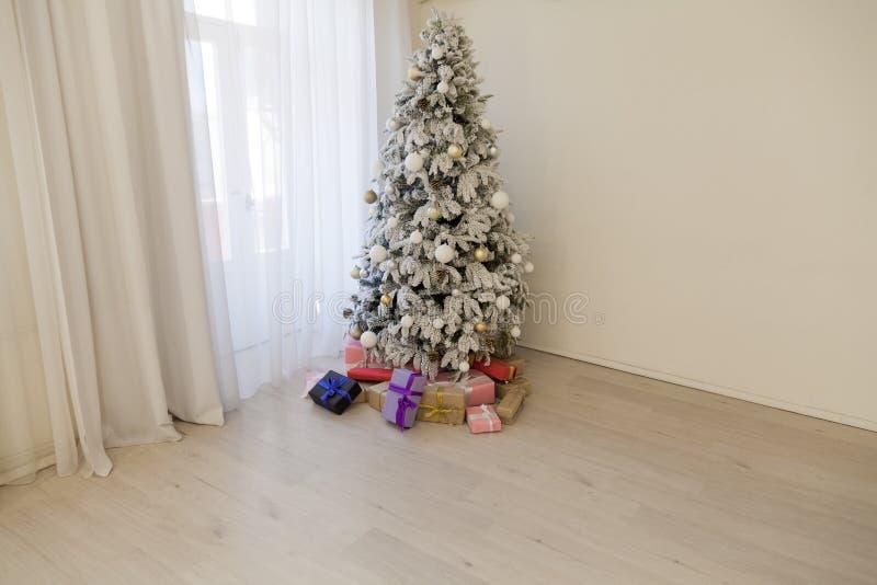 Ευτυχείς Χριστουγέννων έτους δέντρων διακοπές δωματίων δώρων εσωτερικές άσπρες νέες στοκ εικόνες