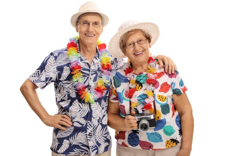 Ευτυχείς ώριμοι τουρίστες που θέτουν από κοινού στοκ εικόνες