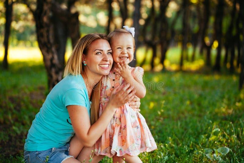 Ευτυχείς mom και κόρη που χαμογελούν στη φύση στοκ εικόνες με δικαίωμα ελεύθερης χρήσης