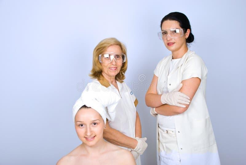 Ευτυχείς pacient και πλαστικοί γιατροί γυναικών στοκ φωτογραφία με δικαίωμα ελεύθερης χρήσης