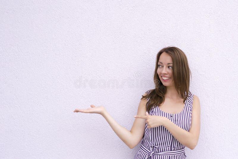 Ευτυχώς χαμογελώντας θηλυκό που παρουσιάζει κάτι στοκ φωτογραφίες