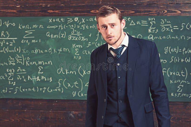 Ευφυές άτομο στο κοστούμι που στέκεται στην τάξη Έννοια αριστοκρατών και ελίτ στοκ εικόνα με δικαίωμα ελεύθερης χρήσης