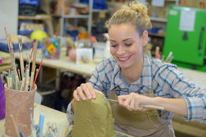 Ευχάριστα θηλυκός καλλιτέχνης στην εργασία στοκ εικόνα με δικαίωμα ελεύθερης χρήσης