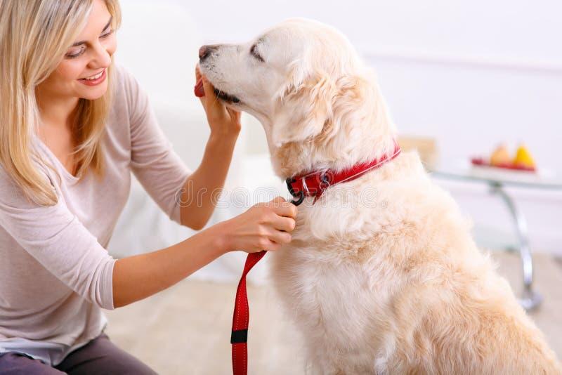 Ευχάριστη γυναίκα που έχει τη διασκέδαση με ένα σκυλί στοκ εικόνες με δικαίωμα ελεύθερης χρήσης