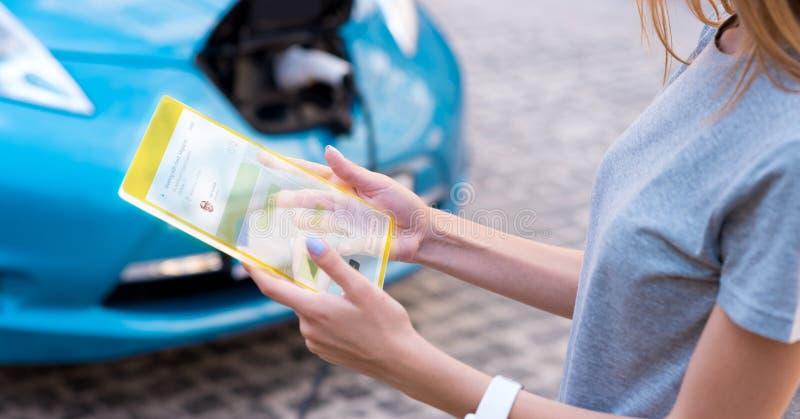 Ευχάριστη νέα γυναίκα που χρησιμοποιεί τη σύγχρονη συσκευή στοκ εικόνες με δικαίωμα ελεύθερης χρήσης