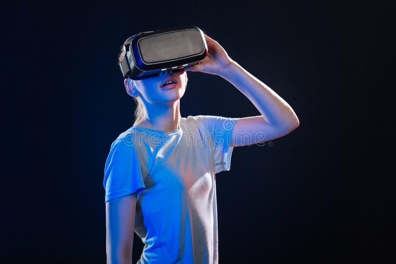 Ευχάριστη ξανθή γυναίκα που δοκιμάζει την εικονική πραγματικότητα στοκ εικόνες