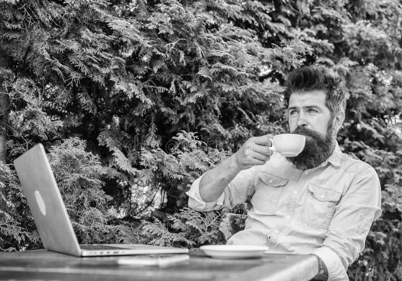 Ευχάριστη στιγμή Πάρτε τη στιγμή για να απολαύσετε τη ζωή Το γενειοφόρο hipster ατόμων κάνει τη μικρή διακοπή για πίνει τον καφέ  στοκ εικόνα