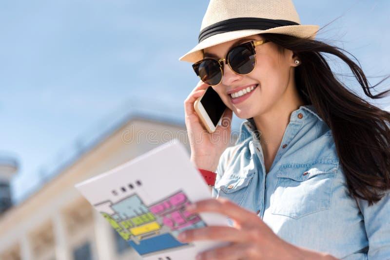 Ευχάριστη χαρούμενη γυναίκα που μιλά στο τηλέφωνο κυττάρων στοκ εικόνες