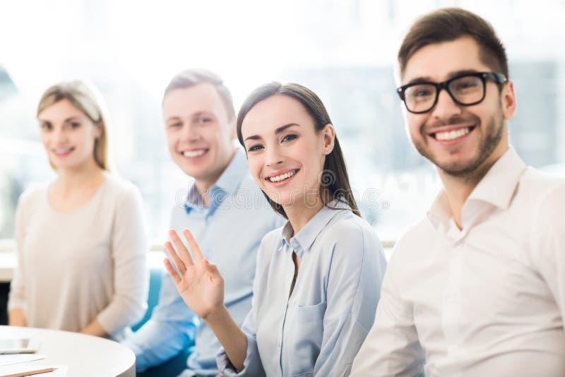 Ευχάριστοι συνάδελφοι που κάθονται στον πίνακα στοκ φωτογραφία με δικαίωμα ελεύθερης χρήσης
